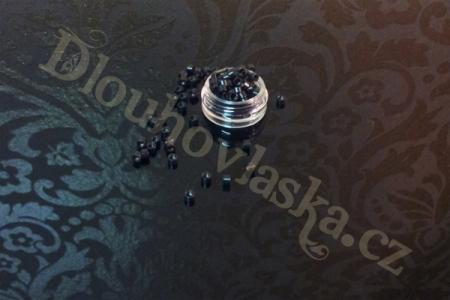 Naše speciální malé kroužky micro rings používané k prodlužování vlasů za studena, které mají originální double coated barevnou vrstvu, která zajišťuje naprosto perfektní barevnou stálost. Kroužky micro rings tedy nezelenají ani jinak nemění svoji barvu a barva z kroužků se neodlupuje ani při extrémním namáháním spojů. Vlasy si tedy může klientka umývat, jak často potřebuje, spoje s našimi kroužky micro rings mohou přijít i do styku s barvou na vlasy a s jakýmikoli přípravky jako tužidla, kondicionéry, laky, vodičky! Kroužky si tedy zachovávají 100% barevnou stálost a stále budou držet jako přibité díky speciální vnitřní protiskluzové vrstvě. Naše micro rings kroužky jsou navíc šetrné k…