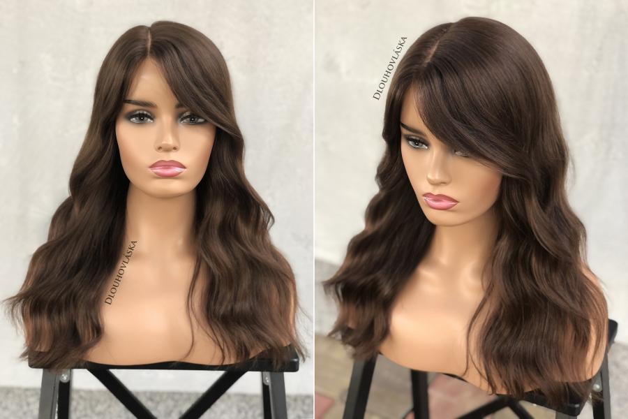 """V salonu Dlouhovláska vlasy prodlužujeme a zahušťujeme, barvíme, stříháme, vlasy používáme i pro výrobu vlasových náhrad – paruk a tupé, se kterou máme zkušenosti již od roku 2015. Technologii výroby vlasových náhrad se snažíme neustále vylepšovat a zdokonalovat tak, aby paruky a tupé vyrobené Dlouhovláskou byly naprosto nerozeznatelné od vlastních vlasů, proto za námi dnes stojí již vyšší stovky spokojených klientů a klientek.    Naším dlouhodobým cílem je, aby dívky a ženy, které z jakéhokoli důvodu ztratily svoji pomyslnou """"korunu krásy"""", už nemusely vlasové náhrady a paruky draze kupovat, ale abychom jim společnými silami pomohli k """"novým vlasům"""". Takto Dlouhovláska pomohla dnes již několika stovkám dívek a…"""
